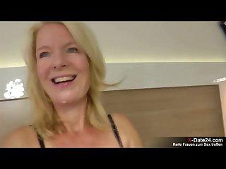 Sexgierige alte mutter treibt es 2 jungen typen im hotelzimmer