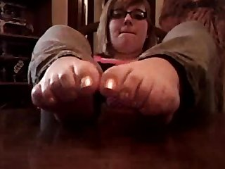 Chubby girl self foot worship