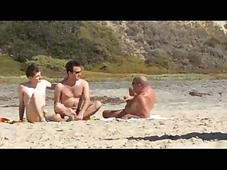 Caras pegos se masturbando na praia de nudismo guys caught jerking at nude beach