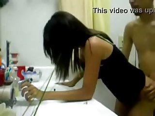 Sexo amador gostoso com minha amiga no banheiro, namorado dela jogando no computador