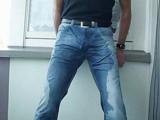 Jeans piss auf dem balkon