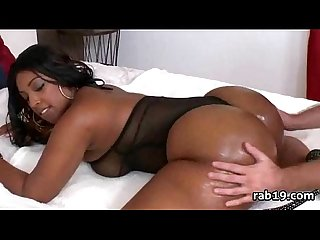 Bootylicious ebony babe shakes her round ass