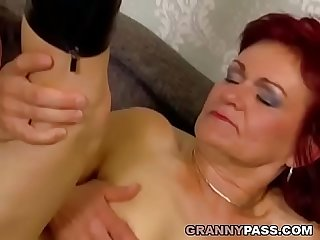 Rousse granny prend Anal battant