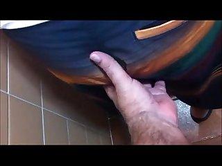 Abusando do amigo no banheiro