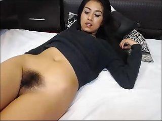 Marcinha exibindo sua bucetinha peluda na webcam www amadorasnoporno com