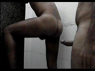 Fudendo e gozando no banheiro