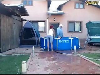 Ense�a las tetas y el co�o por webcam en la piscina (Entrar a:..
