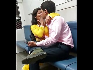 indian mumbai local train girl kissed her boyfriend