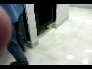 Chupando o coroa no banheiro da shopping