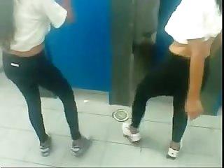 2 novinhas danando Na escolaa Q maravilhaa