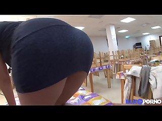 Leyre jolie brunette dfonce sur la table du resto