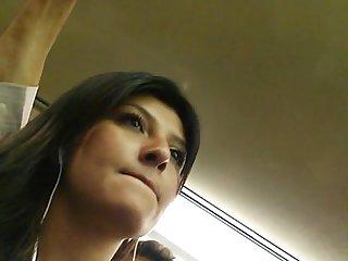 Chica linda en Metro faldita corta calzon blanco