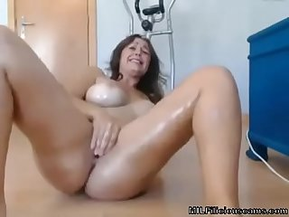 Milf On Cam Fingering and Squirting - MILFiliciouscams.com
