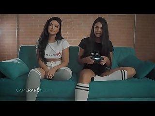 Gameplay Papo18 com duas amigas gostosas do CameraHot jogando Fortnite peladinhas