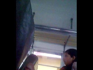 Nena viendo mi verga en bus