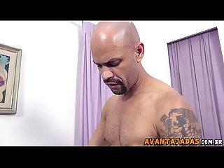 Travesti magrinha com um pau enorme metendo no cu do macho no sof� da sala