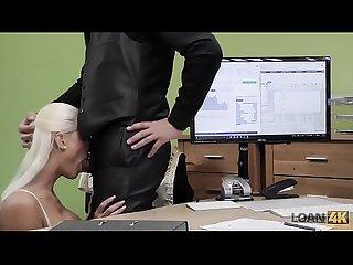 Loan4k negociando con la duea de la tienda de lencera desnuda
