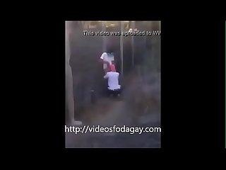 Flagra gay Chupando muleque no terreno