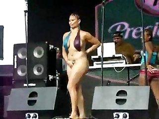 Saca las tetas en concierto publico ver mas en www bit ly sexomil