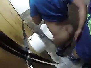 Camera escondida flagra sexo no banheiro p blico