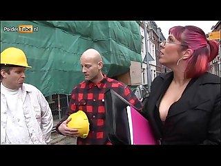 Rondborstige gemeente beambte laat zich gangbangen door een groep bouwvakkers