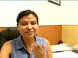 Madura latina se masturba en su oficina