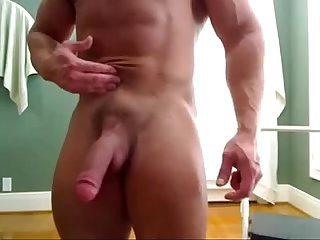 Massive Str8 bodybuilder flexing & huge cock - hotguycams.com